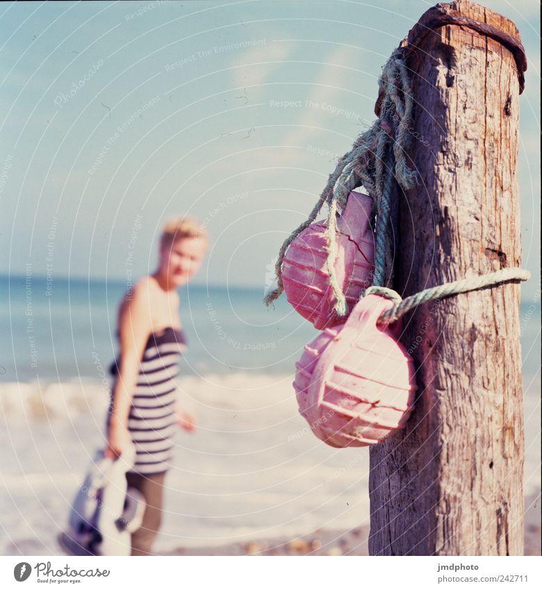 Strand Mensch Natur Jugendliche alt Freude Sommer Ferien & Urlaub & Reisen Meer Einsamkeit Erholung feminin Wärme Küste Wellen gehen
