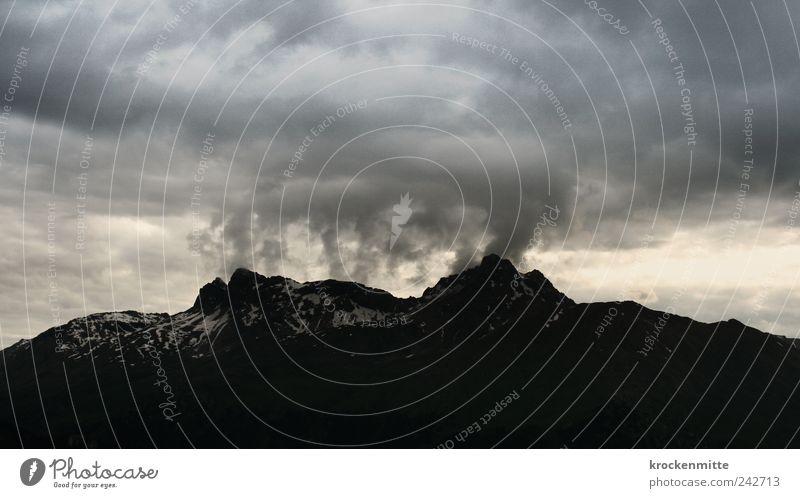 Auf dem Weg nach Mordor Natur Himmel schwarz Wolken dunkel Berge u. Gebirge grau Regen Landschaft Wind Felsen bedrohlich Schweiz fantastisch Sturm Gipfel