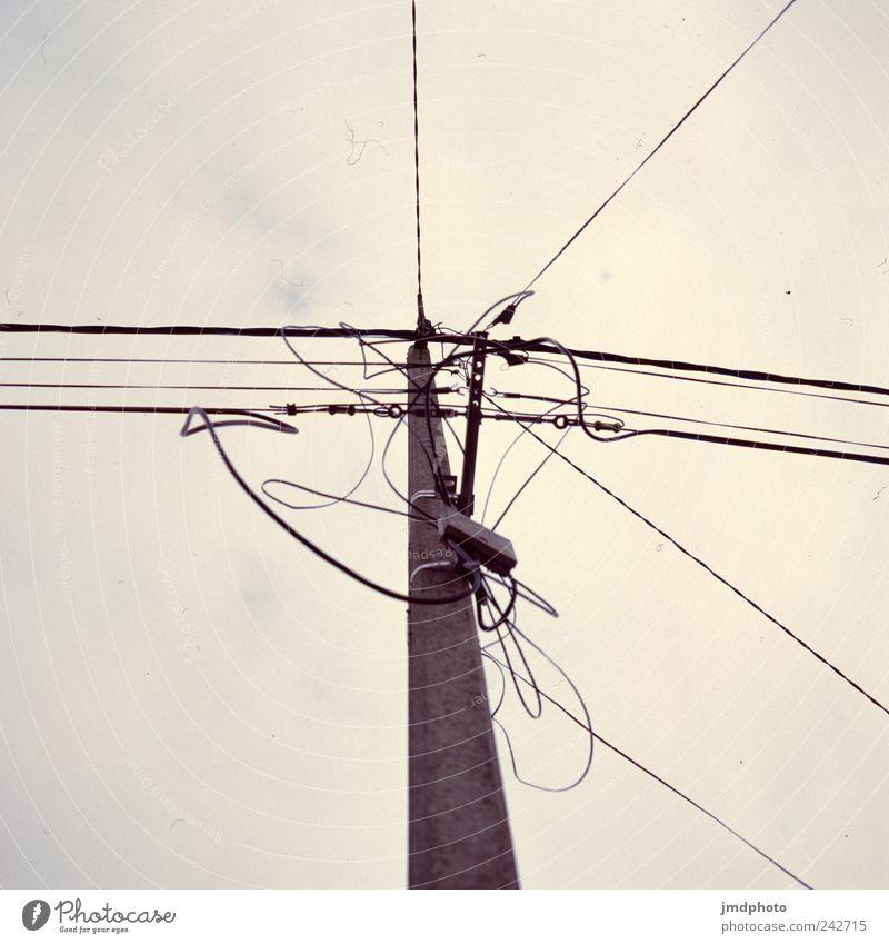 Strommast alt Straße Angst Energie Energiewirtschaft Elektrizität Netzwerk Wandel & Veränderung bedrohlich Technik & Technologie Telekommunikation Vergänglichkeit Verfall Strommast Informationstechnologie Handwerker