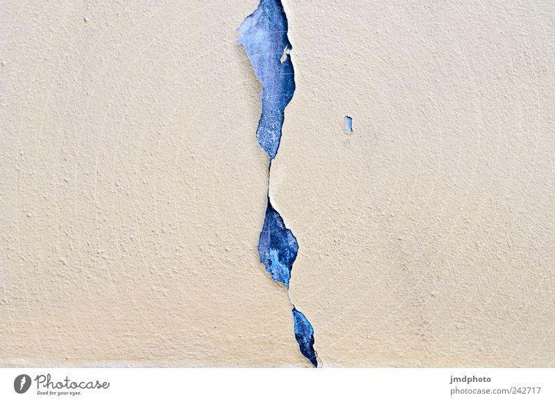 geplatzte Fassade alt Farbstoff ästhetisch kaputt Vergänglichkeit streichen Verfall Putz schäbig Schminke Riss Zerstörung stagnierend Sanieren Zerreißen