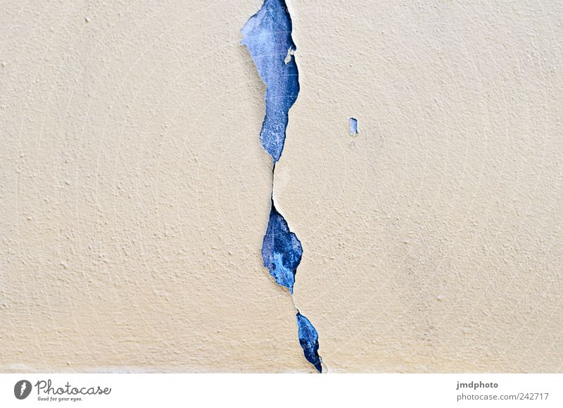 geplatzte Fassade alt kaputt sparsam ästhetisch stagnierend Verfall Vergänglichkeit Zerstörung Riss platzen Zerreißen Brökeln Putz Putzfassade Farbstoff