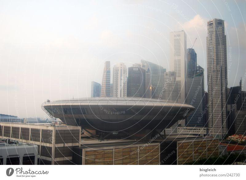 Ufo in Singapur Singapore Asien Hauptstadt Hafenstadt Stadtzentrum Skyline Hochhaus Dach gigantisch groß blau braun grau UFO Farbfoto Gedeckte Farben