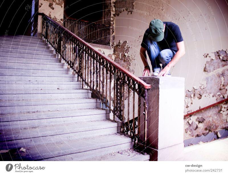ohne Titel Mensch maskulin Junger Mann Jugendliche 1 18-30 Jahre Erwachsene Haus Mauer Wand Treppe hocken sitzen Traurigkeit alt fest kaputt trist blau grau