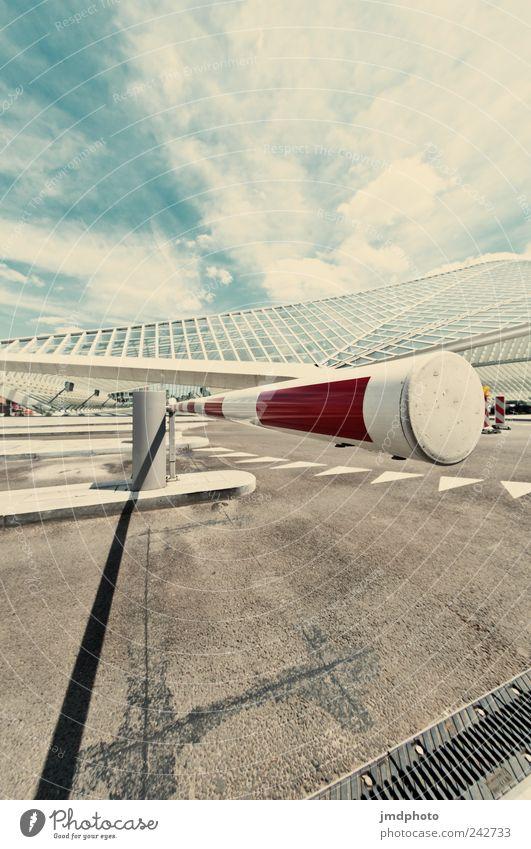 Schranke Ausflug Fortschritt Zukunft Bahnhof Bauwerk Architektur Fassade Verkehrswege Straße Verkehrszeichen Verkehrsschild ästhetisch modern Coolness