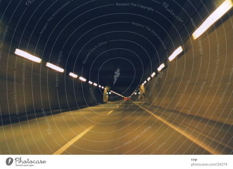vorne rein hinten raus Tunnel Autobahn eng Verkehr Straße