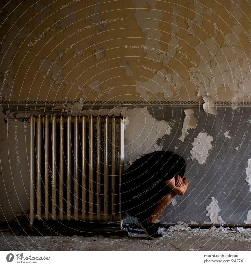 OHNE TITEL Mensch maskulin Junger Mann Jugendliche Menschenleer Industrieanlage Fabrik Ruine Bauwerk Gebäude Mauer Wand hocken authentisch bedrohlich dreckig