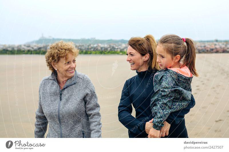 Drei Generationen weibliche Spaziergänge am Strand Lifestyle Freude Glück schön Kind Mensch Frau Erwachsene Mutter Großmutter Familie & Verwandtschaft Sand