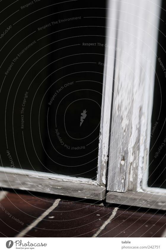 alt und zu alt weiß schwarz dunkel Fenster Holz grau Stein braun Glas Verfall Fensterscheibe Fuge verwittert Endzeitstimmung