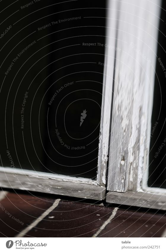 alt und zu Fenster Fensterrahmen Wasserschenkel Verglasung Fensterscheibe Glas Kittfalz Fenstersims Fuge Stein Holz dunkel braun grau schwarz weiß