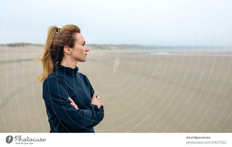 Frau, die auf das Meer schaut. Lifestyle schön Meditation Strand Mensch Erwachsene Sand Herbst Nebel Denken Traurigkeit authentisch Einsamkeit Zukunft