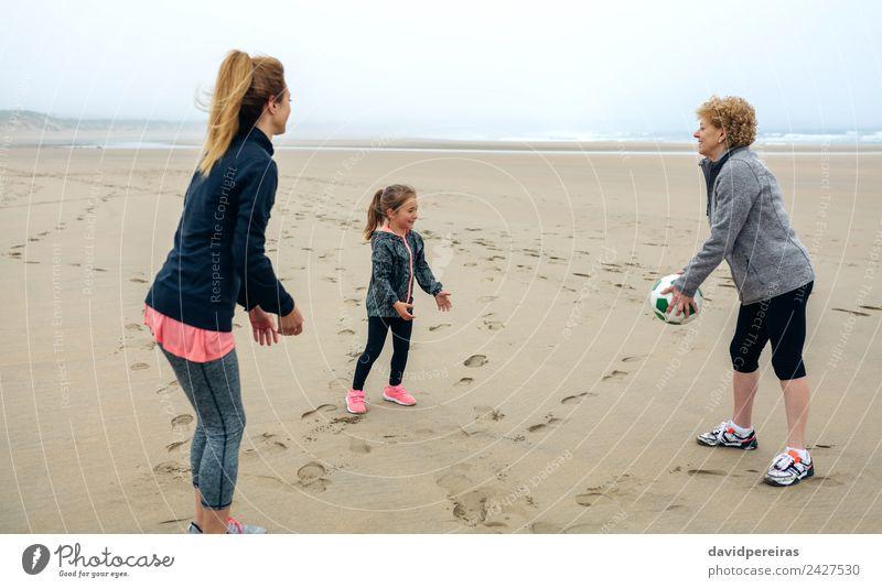 Drei Generationen weibliche Spielerinnen am Strand Lifestyle Freude Glück Spielen Kind Mensch Frau Erwachsene Mutter Großmutter Familie & Verwandtschaft Sand