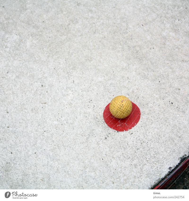 Es ist angerichtet Spielen Minigolf Sport Golf Ball Golfplatz Kugel gelb rot Beginn Freizeit & Hobby planen Schwerpunkt Freude Wege & Pfade Spielfeld Abschlag