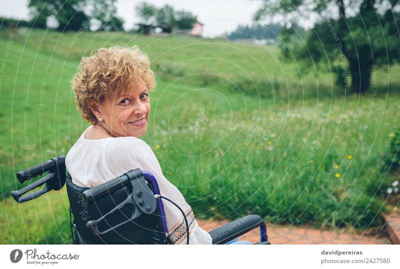Frau Mensch Natur alt Pflanze Baum Erholung Erwachsene Gesundheitswesen Gras Glück Garten Textfreiraum sitzen Lächeln authentisch