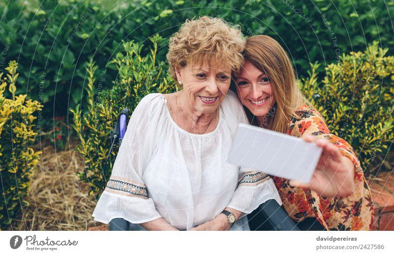 Frau Mensch Natur alt Pflanze Erholung Einsamkeit Erwachsene Lifestyle Liebe Gesundheitswesen Familie & Verwandtschaft Glück Garten Lächeln Fröhlichkeit