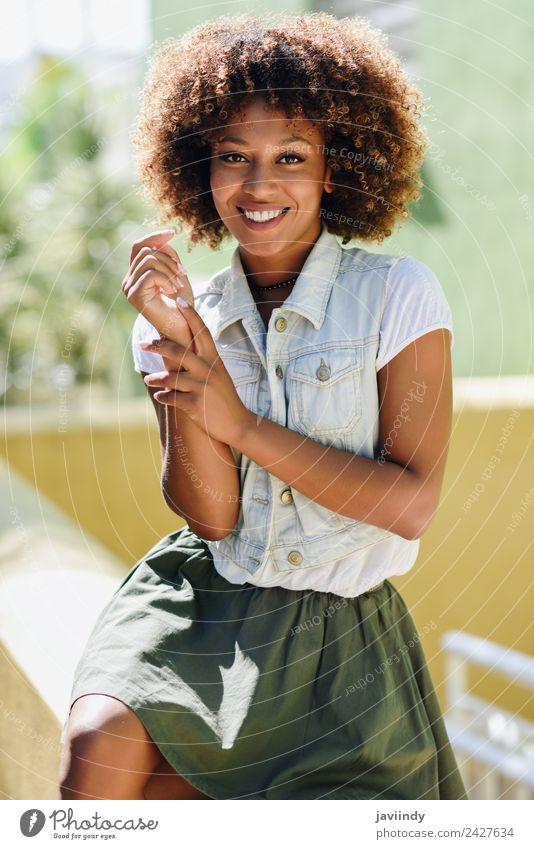 blYoung schwarze Frau, Afro-Frisur, lächelnd im Freien Lifestyle Stil Glück schön Haare & Frisuren Gesicht Mensch Erwachsene Straße Mode brünett Afro-Look
