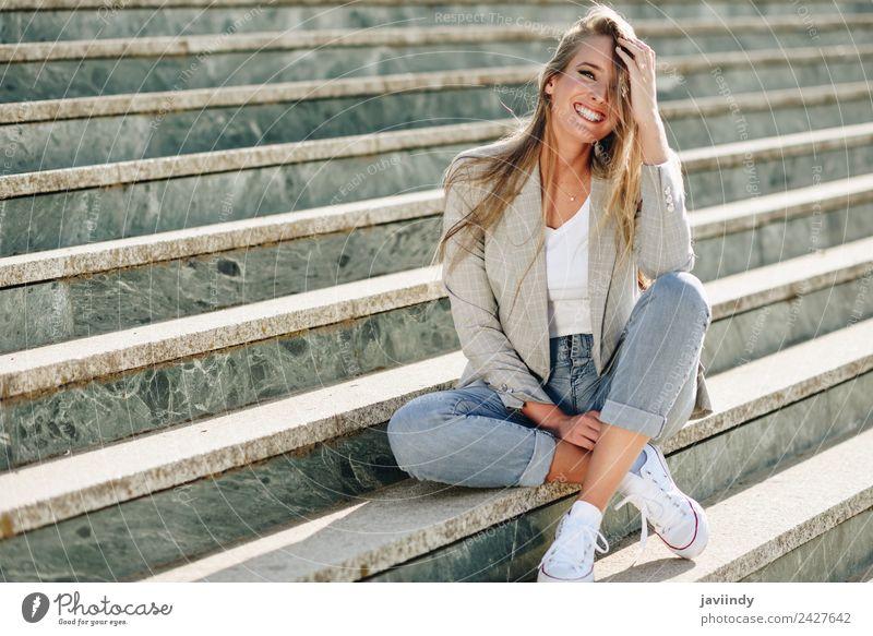 Blonde junge kaukasische Frau, die auf Stufen lächelt. Lifestyle Stil Glück schön Haare & Frisuren Mensch Junge Frau Jugendliche Erwachsene 1 18-30 Jahre Herbst