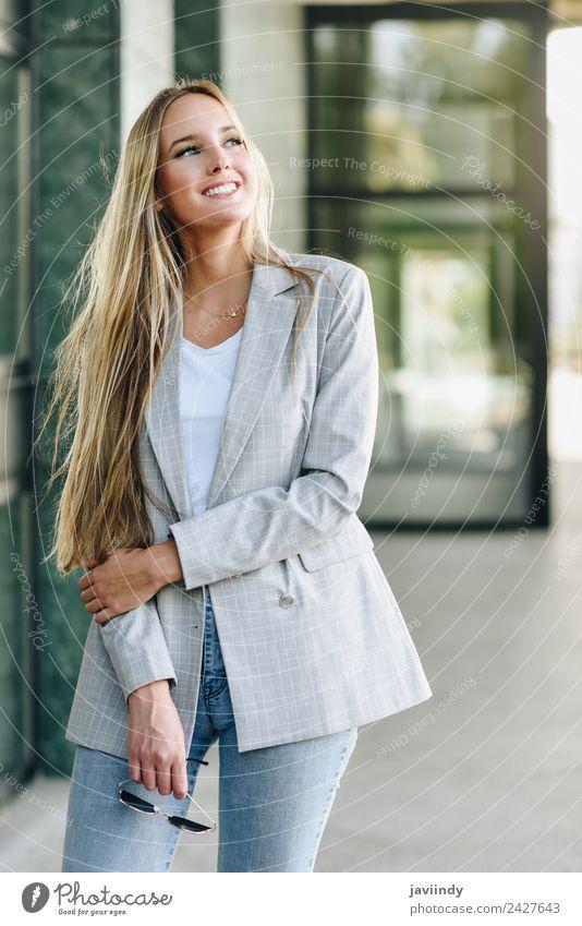 Schöne junge kaukasische Frau, die draußen lächelt. Lifestyle Stil Glück schön Haare & Frisuren Mensch feminin Junge Frau Jugendliche Erwachsene 1 18-30 Jahre