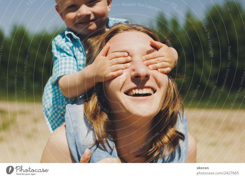 Kleinkind schließt die Augen glücklich Mutter Gesundheit Wellness harmonisch Wohlgefühl Zufriedenheit Erholung ruhig Freizeit & Hobby Ferien & Urlaub & Reisen