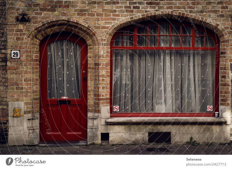 29 Häusliches Leben Wohnung Haus Dorf Stadt Bauwerk Gebäude Architektur Mauer Wand Fenster Tür ästhetisch Gardine Farbfoto Außenaufnahme Menschenleer