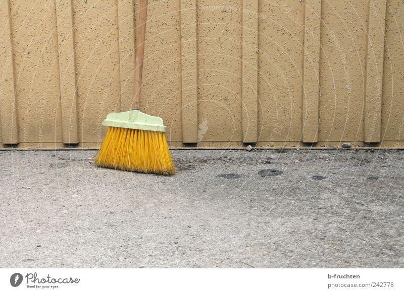 Kehraus Einsamkeit grau Wege & Pfade Metall Beton Boden Bodenbelag Wandel & Veränderung Vergänglichkeit Reinigen Stahl Fleck bleich stagnierend Besen sparsam