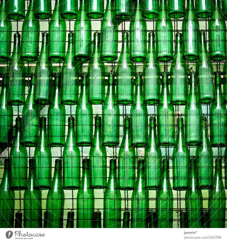 Bottle Party! Flasche Design Glas grün Farbfoto Menschenleer sehr viele Glaswand durchleuchtet Glasflasche