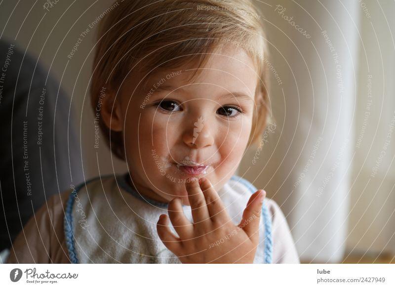 Schleckermaul Ernährung Essen Kindererziehung Mädchen Kindheit Finger 1 Mensch 1-3 Jahre Kleinkind Glück Fröhlichkeit Zufriedenheit Farbfoto Blick in die Kamera