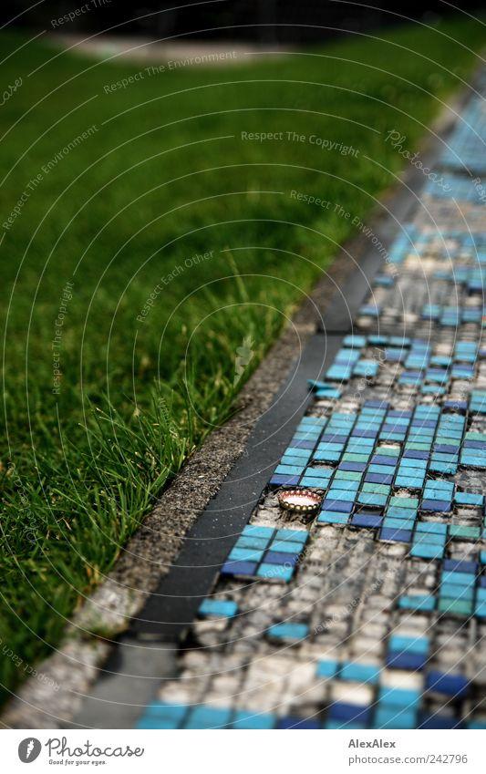 auf Kante blau grün Pflanze Einsamkeit Umwelt Wiese Gras Park nass Fliesen u. Kacheln Langeweile Umweltverschmutzung Alkoholsucht Unterlage Sucht Bierdeckel