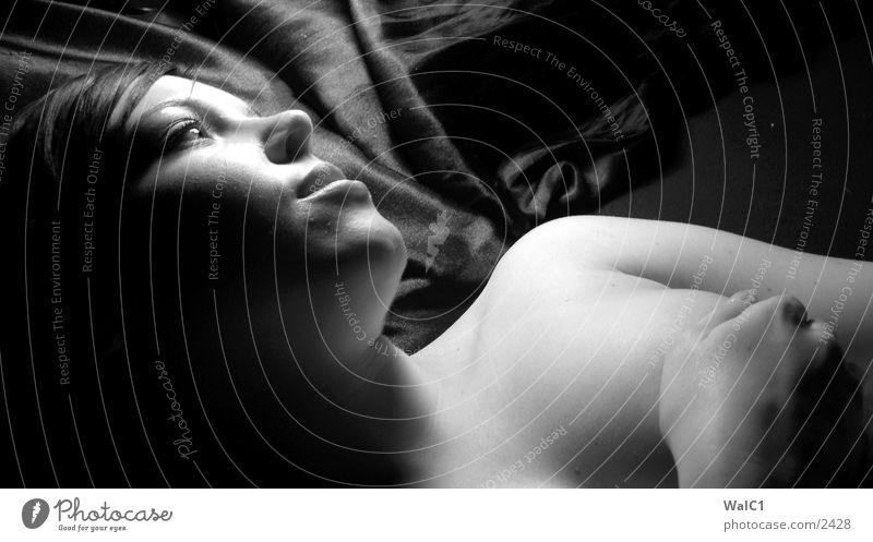 Tagtraum 02 Frau Unterwäsche lasziv schwarz weiß Porträt Bett Wäsche Dame Erotik Schwarzweißfoto Erotik. erotisch Frauenbrust Dekolltee Hals Gesicht Blick