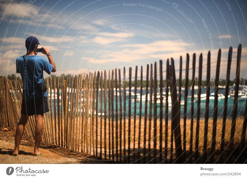 Mann fotografiert eine Bucht im Mittelmeer bei Sonnenschein Mensch Jugendliche blau Ferien & Urlaub & Reisen Sommer Strand Meer Wolken schwarz Ferne gelb träumen Küste Ausflug Tourismus Insel