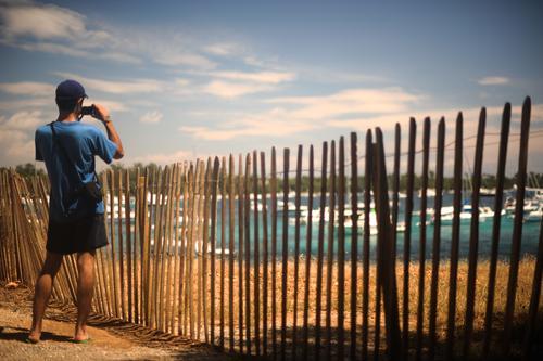 Mann fotografiert eine Bucht im Mittelmeer bei Sonnenschein Ferien & Urlaub & Reisen Tourismus Ausflug Ferne Sightseeing Sommer Sommerurlaub Strand Meer