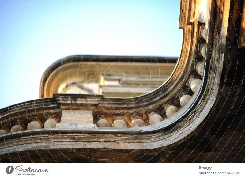 Kunstvoll geschwungene Terrasse einer beeindruckenden Villa Himmel blau Ferien & Urlaub & Reisen Architektur Gebäude Stimmung elegant Fassade glänzend gold