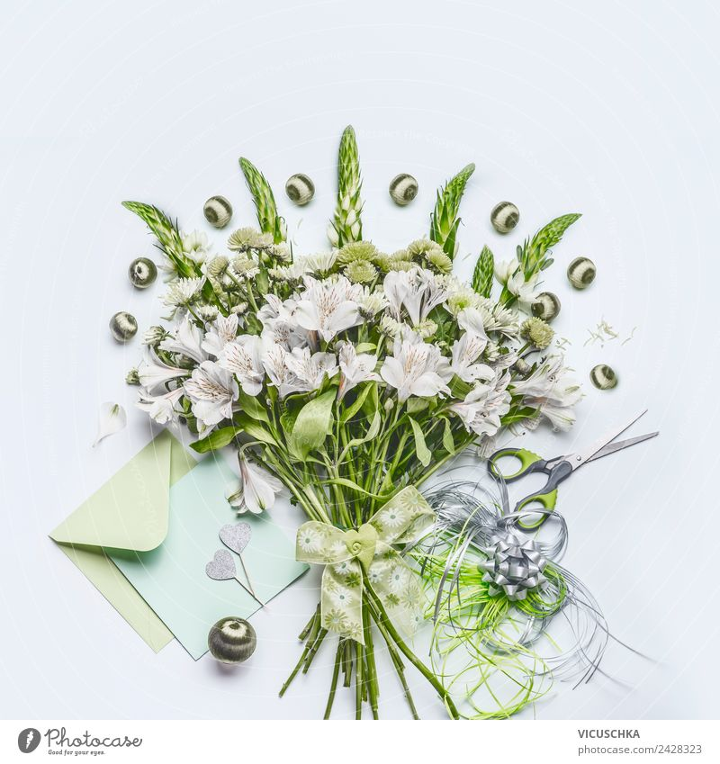 Grüner Blumensstrauß mit Dekoration und Grusskarte Stil Design Freude Dekoration & Verzierung Schreibtisch Feste & Feiern Blumenstrauß Herz Liebe Gratulation