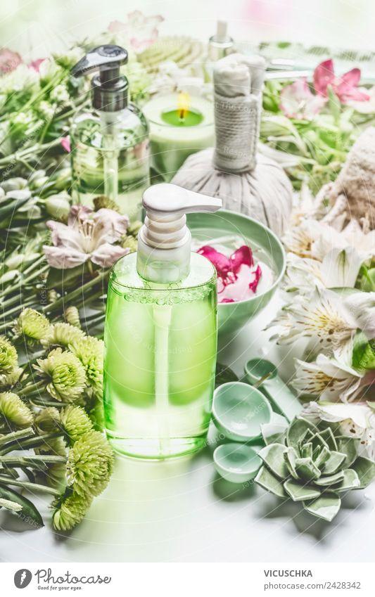Grüne Kosmetik Flasche mit Blumen und Spa Zubehör Stil Design schön Körperpflege Creme Gesundheit Gesundheitswesen Behandlung Wellness Massage Natur Pflanze
