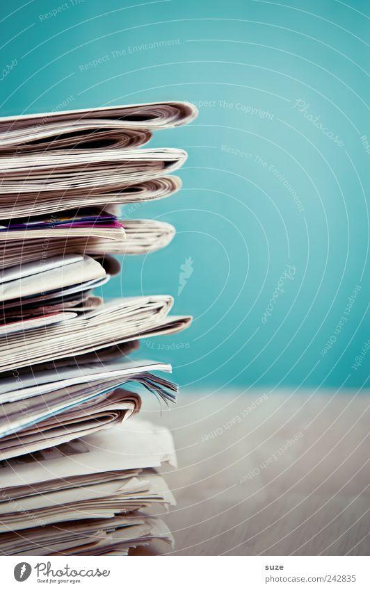 Sehr viel Lesestoff Lifestyle Bildung Dienstleistungsgewerbe Kultur Medien Printmedien Zeitung Zeitschrift Papier Linie Kommunizieren einfach blau weiß Kontakt