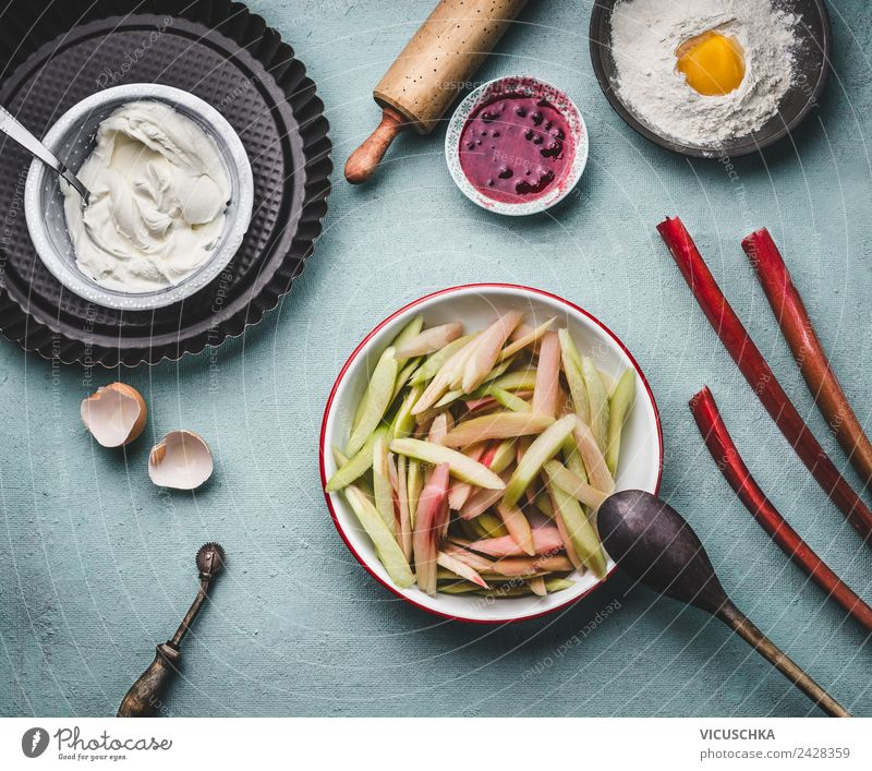 Geschnittener Rhabarber in der Schüssel auf Küchentisch Gemüse Frucht Kuchen Ernährung Bioprodukte Vegetarische Ernährung Geschirr Stil Design Gesundheit