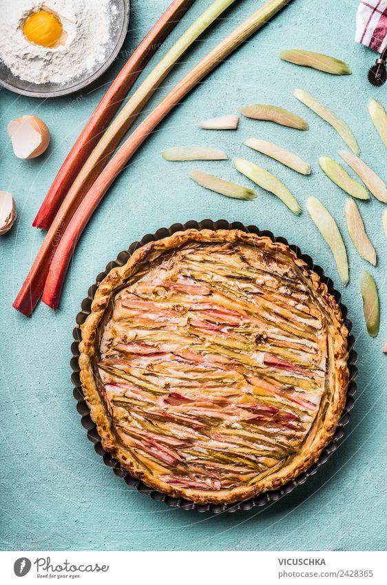 Rhabarberkuchen mit Zutaten Lebensmittel Frucht Teigwaren Backwaren Kuchen Ernährung Geschirr Stil Design Häusliches Leben Küche Essen zubereiten Küchentisch
