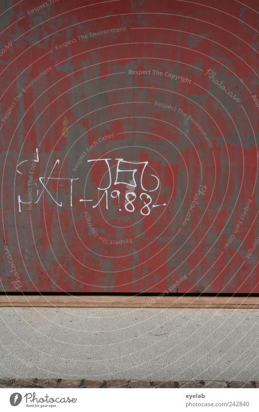 Dekompensation alt rot Haus Wand Graffiti grau Stein Gebäude Mauer dreckig Fassade Beton Schriftzeichen kaputt trist Kommunizieren