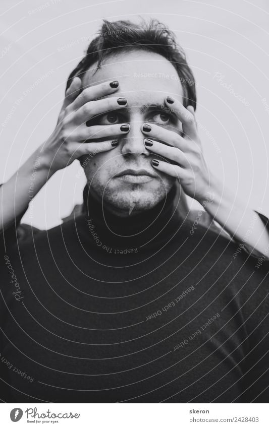 mystisches Porträt eines jungen Mannes: weibliche Hände auf seinem Gesicht Mensch maskulin Junger Mann Jugendliche Erwachsene Auge Mund Hand Finger 1