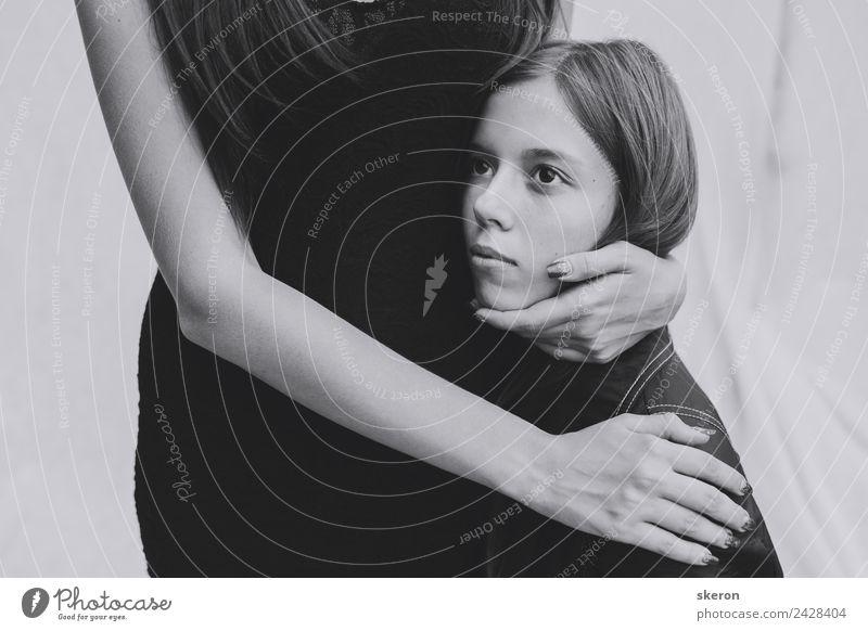 dünne Hände einer erwachsenen Frau, die ein junges Mädchen umarmt. Haare & Frisuren Gesicht Maniküre feminin Junge Frau Jugendliche Haut Auge Mund Finger 2