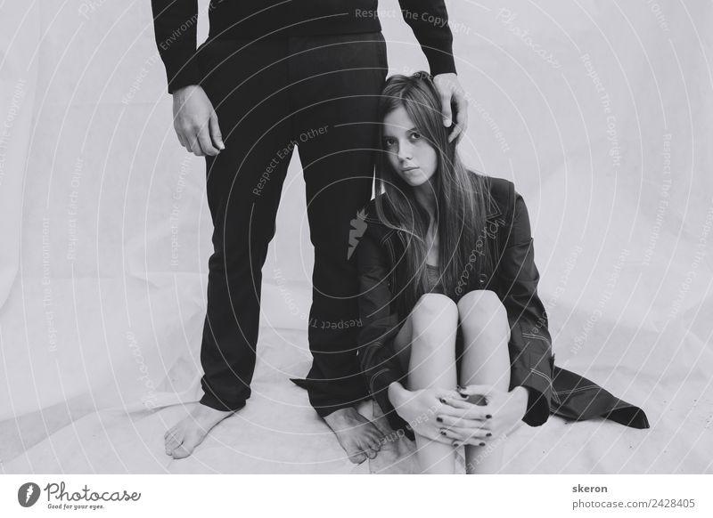 junges Mädchen mit langen Beinen, das um einen Mann sitzt. Mensch maskulin feminin Junge Frau Jugendliche Junger Mann Familie & Verwandtschaft Paar Partner
