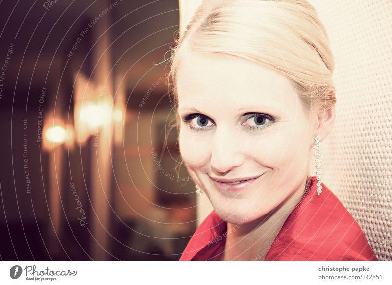 Klassisch Mensch Jugendliche schön feminin Stil Erwachsene Feste & Feiern blond elegant Lächeln 18-30 Jahre Junge Frau Frau Ohrringe ausgehen