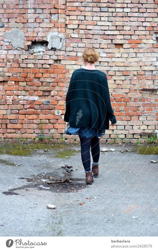 Immer an der Wand lang | jetzt bitte seitwärts... Frau Mensch alt Erwachsene Wege & Pfade Bewegung Gebäude Mauer Fassade gehen blond Platz Ziel Kleid Verfall