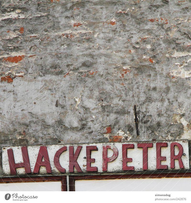 hackepeter alt Haus Wand grau Mauer Stein Denken außergewöhnlich Fassade verrückt kaputt trist Wandel & Veränderung Buchstaben Kommunizieren Vergänglichkeit