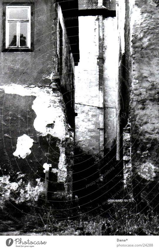 break:on:thru Haus baufällig verfallen Verfall Architektur Schwarzweißfoto Burg oder Schloss