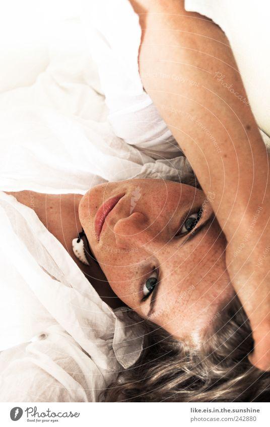 machst du mir frühstück?! Mensch Frau Jugendliche weiß schön Gesicht Erwachsene Auge Erholung feminin Haare & Frisuren Zufriedenheit blond Arme 18-30 Jahre Bett