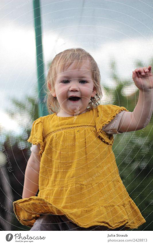 Mädchen Kleinkind tanzen Kleid Sträucher blond Bewegung springen Tanzen toben klein lustig gelb schwarz Stimmung Lebensfreude Farbfoto Außenaufnahme Tag