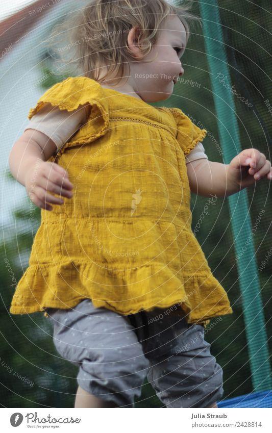 Mädchen Kleinkind Trampolin Senfgelb feminin 1 Mensch 1-3 Jahre Tanzen Hose Kleid brünett blond kurzhaarig grün Zufriedenheit hüpfen springen Farbfoto