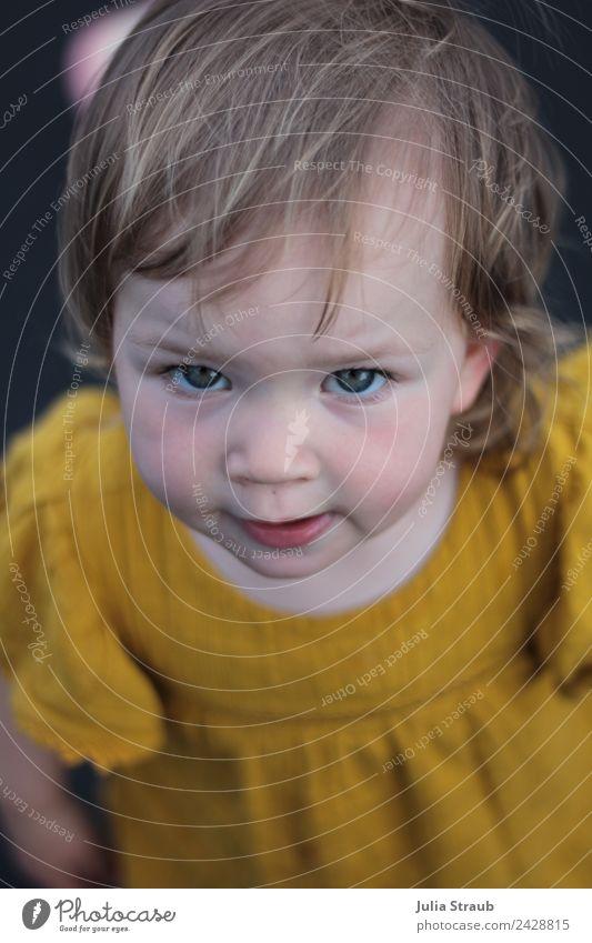 Mädchen Kleinkind senfgelb skeptisch feminin 1 Mensch 1-3 Jahre Kleid brünett Blick stehen niedlich schwarz Kindheit Farbfoto Außenaufnahme Tag Vogelperspektive