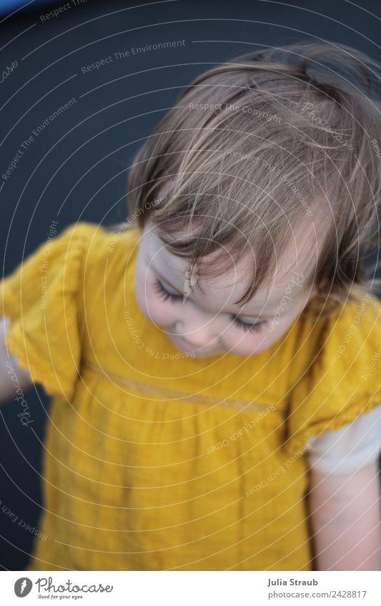 Mädchen Kleinkind senfgelb Kleid Mensch schön schwarz feminin stehen Vorsicht 1-3 Jahre