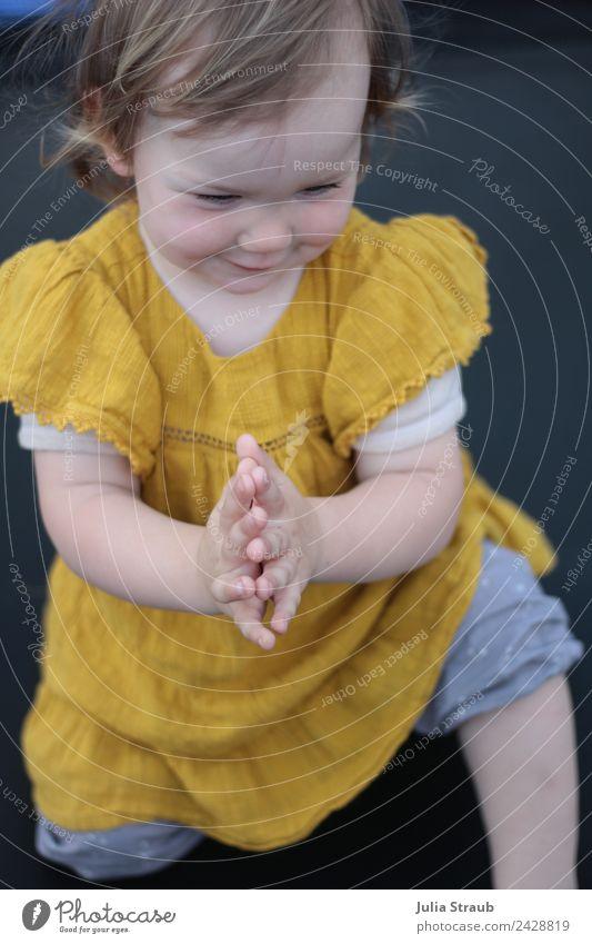 Mädchen Trampolin Kleid Kleinkind Klatschen feminin Kindheit 1 Mensch 1-3 Jahre Hose brünett kurzhaarig knien Lächeln Fröhlichkeit schön gelb schwarz Freude